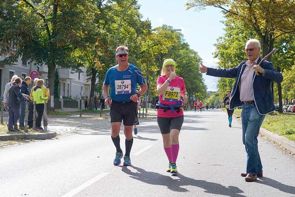 Berlin Marathon 2015 Schmargendorf feuert die letzten Läufer an